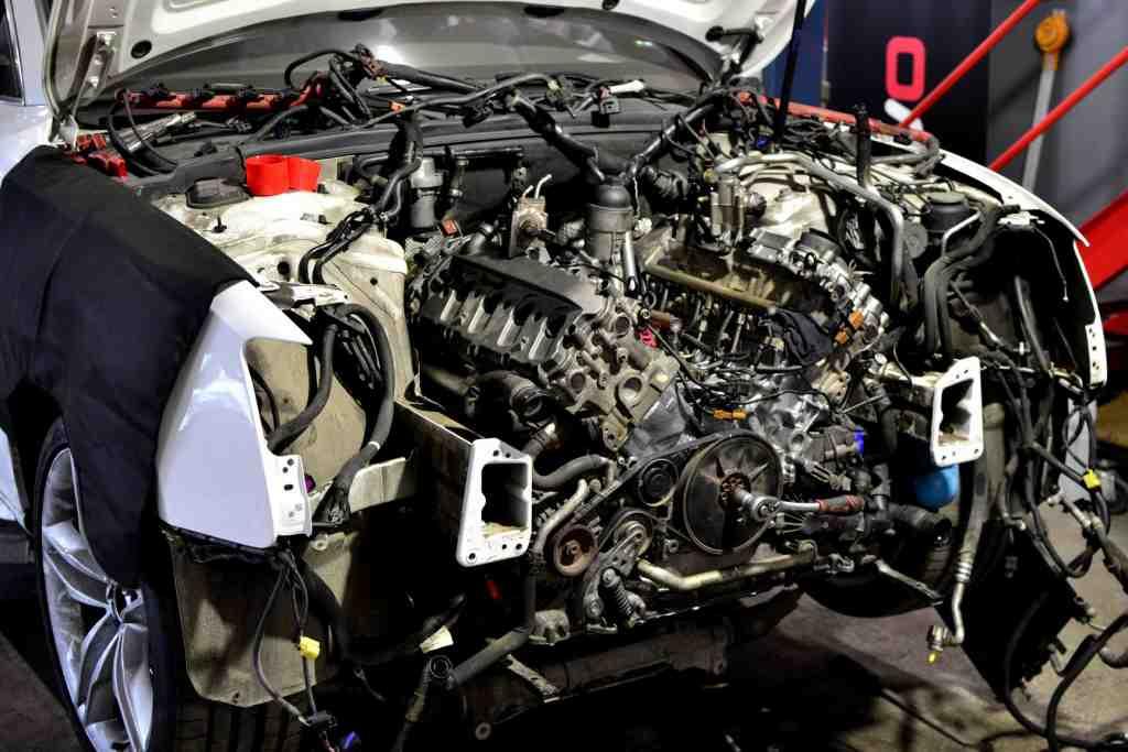 Изваждане на двигателя от коша